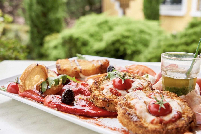 Mozzarella panée, tomates cerises, roquette, sauce pesto